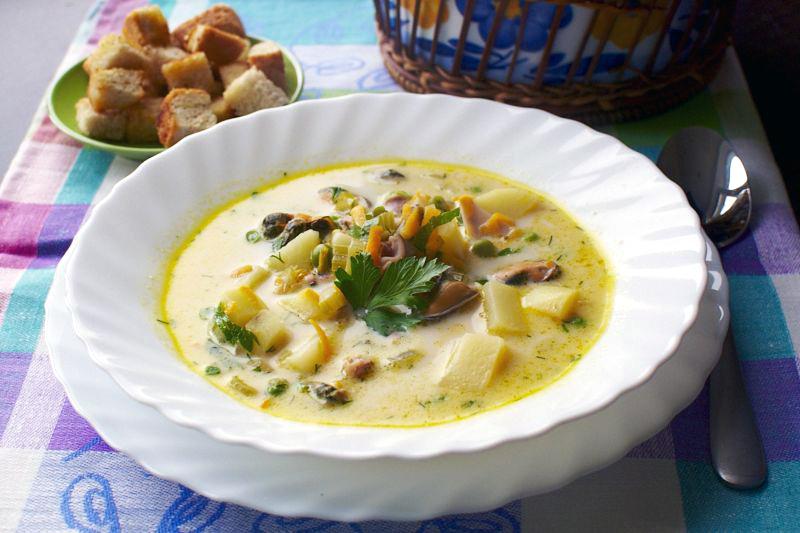 Снять суп с огня и дать настояться под крышкой минут суп с морепродуктами получился наваристым и очень вкусным, а плавленный сыр придал ему нотку нежности и бархатистости.